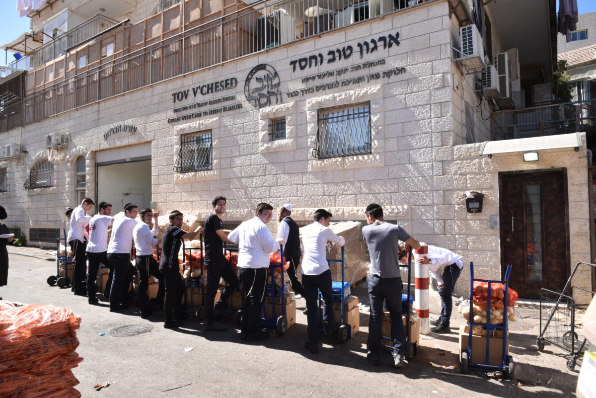 Successful Tishrei Food Distribution to Thousands of Families in Need